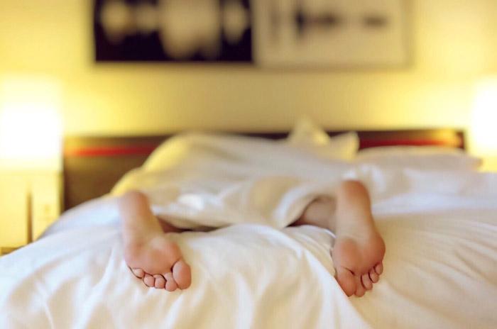 ベッドと足